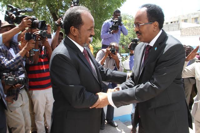 [DAAWO:] Xasan Sheekh oo si qurux badan Xilka ugu wareejiyey Madaxweyne Farmaajo, kana tegay Villa Somalia